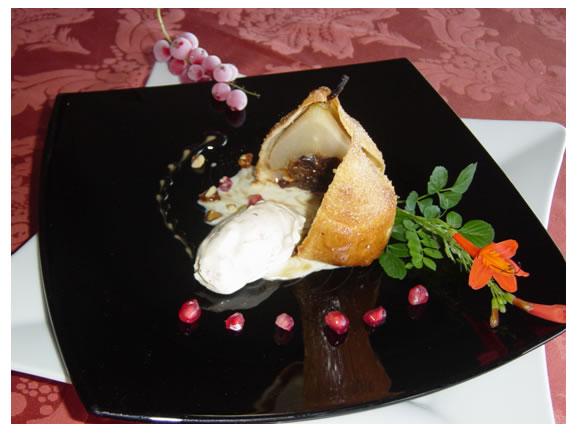 Αχλάδι ποσέ σε γλυκό κρασί της Σάμου ψημένο με κρούστα από μπριός  Παρφέ μελομακάρονο, σάλτσα καραμέλας